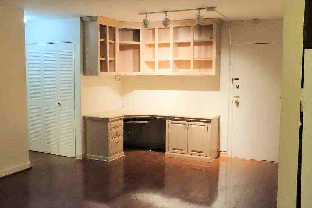 922TwentyFourthStNW#405-lr-main-door-builtin-desk-bookcases